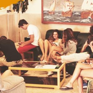 hébergement en résidence scolaire, campeurs dans le salon