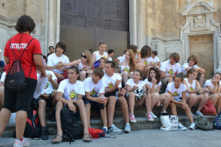 summer camps for teens tarifa, students eating picnic