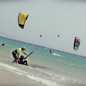 kitesurf camp for teens, beachstart with help of instructor
