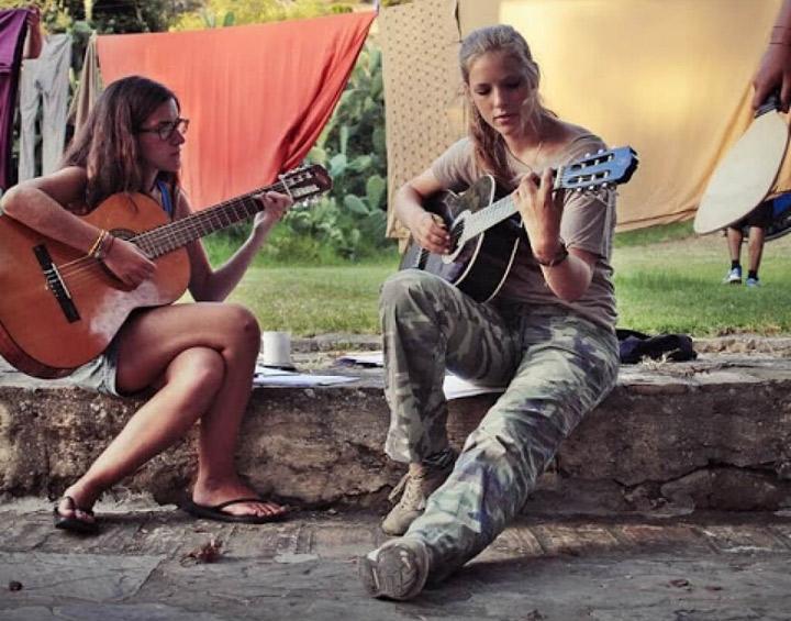 Lenguaventura-my-summer-camp-Tarifa, camper with the guitar