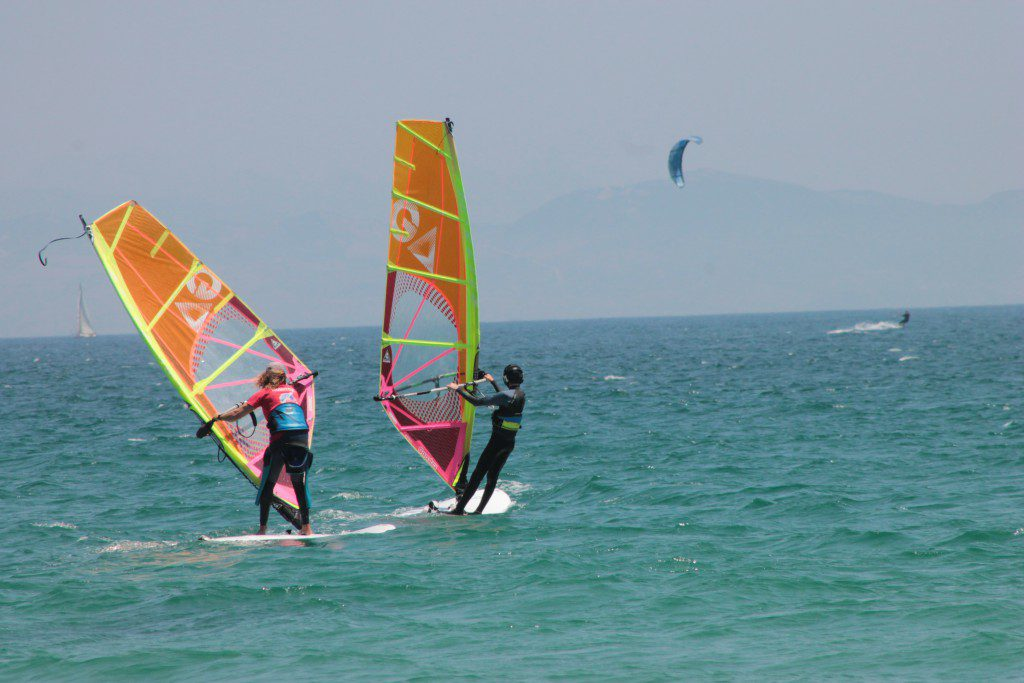 Campamentos juveniles, sesión windsurf Playa Valdevaqueros