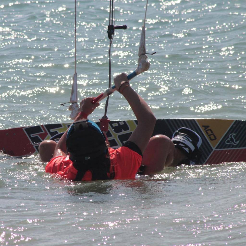 campamentos de verano, kitesurfista saliendo del agua