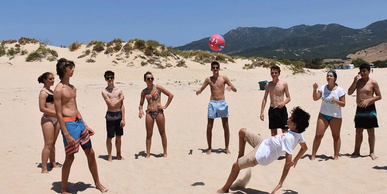 Hacer-amigos-a-traves-de-deportes, actividades deportivas en la playa durante el campamento de verano