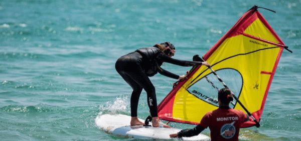 Campamento-de-windsurf-Tarifa, estudiante practicando la salida del agua