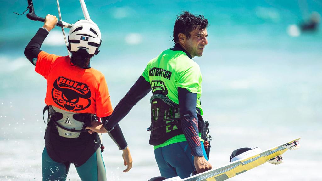Campamento-de-kitesurf, instructor de kite y alumno