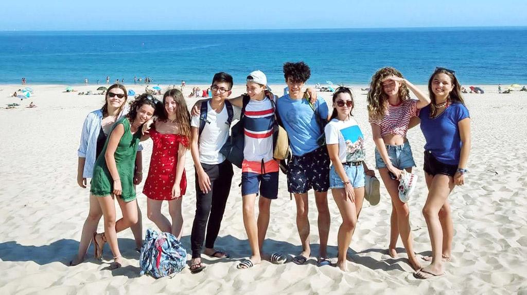 Referenzen-Teen-Sommerlager-Tarifa, Gruppe junger Camper am Strand