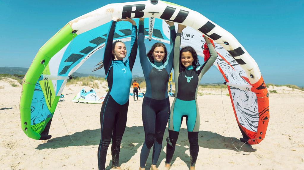 capamento-kitesurf-Tarifa. tres chicas kitesurfistas